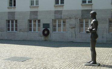 г. Берлин. Памятник Сопротивлению Германии у здания бывшего штаба вермахта, где в ночь на 20 июля 1944 года фон Штауффенберг и три других офицера были казнены после неудачного покушения на Гитлера.