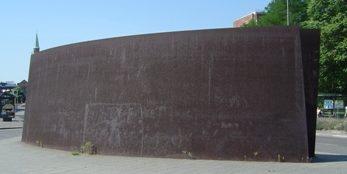 г. Берлин, Tiergartenstraße. Памятник на месте размещения офисов агентства, которое организовало программу эвтаназии «Aktion T4». Эта операция была массовым убийством газом 200 тысяч психиатрических пациентов и людей в домах престарелых, а также частично, обессиленных заключенных концлагерей.
