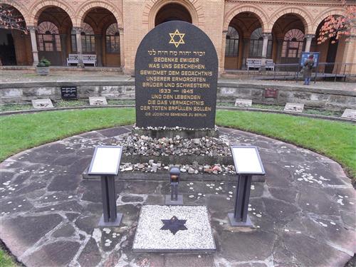 г. Берлин, Маркус-рейх-Плаце. Памятник жертвам Холокоста на еврейском кладбище Вайсензее.