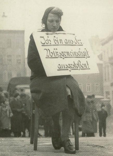 Немка провинилась. Вступила в связь с остарбайтером. Надпись на табличке гласит нечто типа «Я - изгой общества». Альтенбург (Тюрингия). 7 февраля 1942 г.