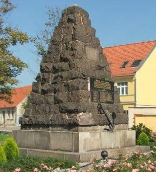 г. Айзенхюттенштадт. Памятник, установленный на братской могиле, в которой похоронено 27 советских воинов, погибших в битве за Фюрстенберг-ад-Одер 17 апреля 1945 года.