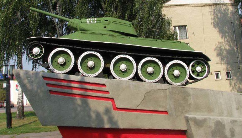 г. Брагин. Памятник-танк Т-34. Памятник установлен у Дома культуры в честь воинов 61-й армии, освободивших район в октябре-ноябре 1943 года.