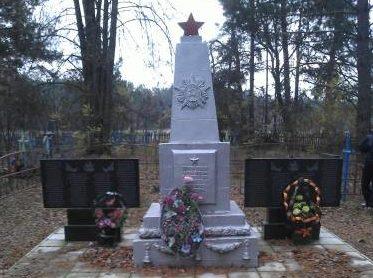 д. Бывальки Лоевского р-на. Памятник на братской могиле советских воинов.
