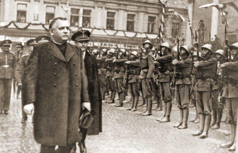 Президент Словацкой Республики Йозеф Тисо на смотре войск. 1939 г.