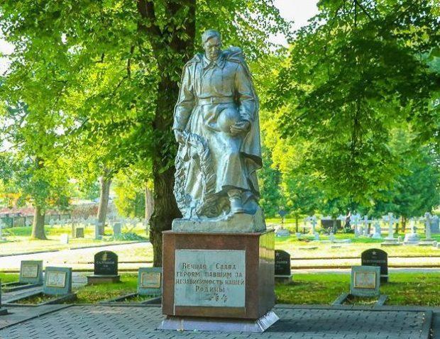 Скульптурные композиции на кладбище.