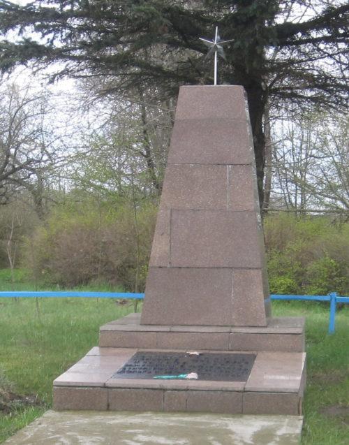 Агрогородок Солы Сморгонского р-на. Памятник, установленный на братской могиле, в которой захоронено 28 жертв войны.