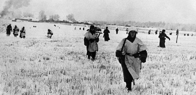 Немецкая пехота на подступах к городу. Ноябрь 1941 г.
