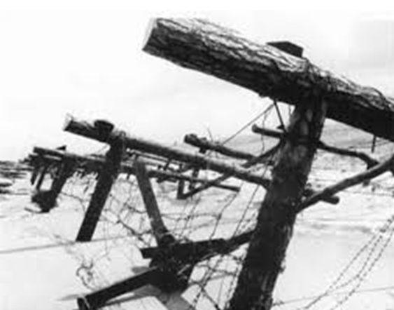 Tankellenes kerítés a tengerparton.  Normandia.  1942 g.