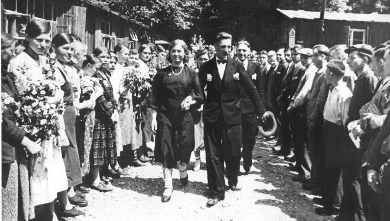 Свадьба в Восточном трудовом лагере. Фотография немецкой пропаганды. 1940 г.