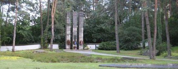 г. Ноймаркт. Мемориал, установленный на военном кладбище, где похоронено 5049 военнопленных и подневольных рабочих в основном из СССР, Польши, Югославии и Румынии.