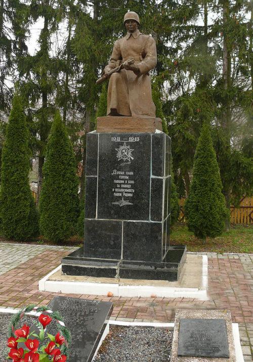 г. Брагин. Памятник, установленный на братской могиле советских воинов, павших при освобождении посёлка в 1943 году. Здесь же похоронен Герой Советского Союза Мамкин П. С.