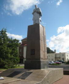 п. Большая Берестовица Берестовицкого р-на. Памятник на площади Ратушная, установленный на братской могиле, где захоронено 192 советских воина, из них 157 неизвестных.