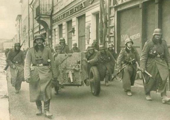 Немцы входят в город. Ноябрь 1941 г.