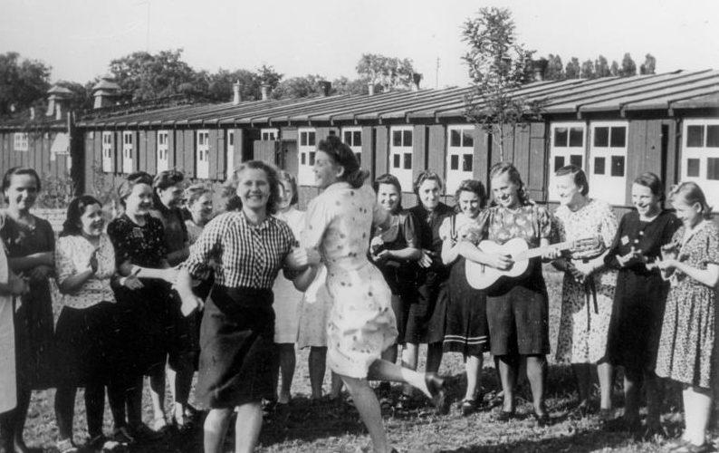 Восточные женщины в свободное время. Фотография немецкой пропаганды. 1940 г.