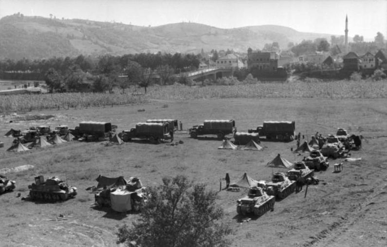 Грузовики и танки дивизии в Боснии.