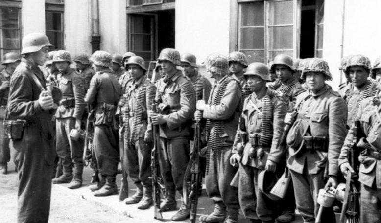 Солдаты 1/111-го азербайджанского пехотного батальона, участвовавшего в подавлении Варшавского восстания. Август 1944 г.
