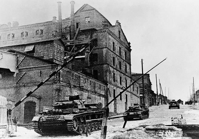 Немецкие танки в центре города. Ноябрь 1941 г.