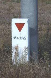 д. Брайтенфельд. Памятный знак «Маршу смерти» прошедшего 13 апреля 1945 года.