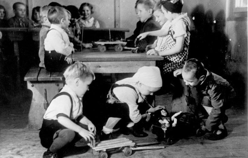 «Счастливые» дети в Ostarbeiterlager. Фотография немецкой пропаганды. 1941 г.
