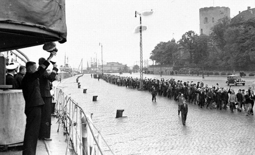 Трудящиеся Риги приветствуют советские корабли. Июнь 1940 г.