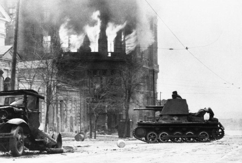 Немецкая САУ на углу Буденновского проспекта и ул. Тургеневской во время боя за город. Ноябрь 1941 г.