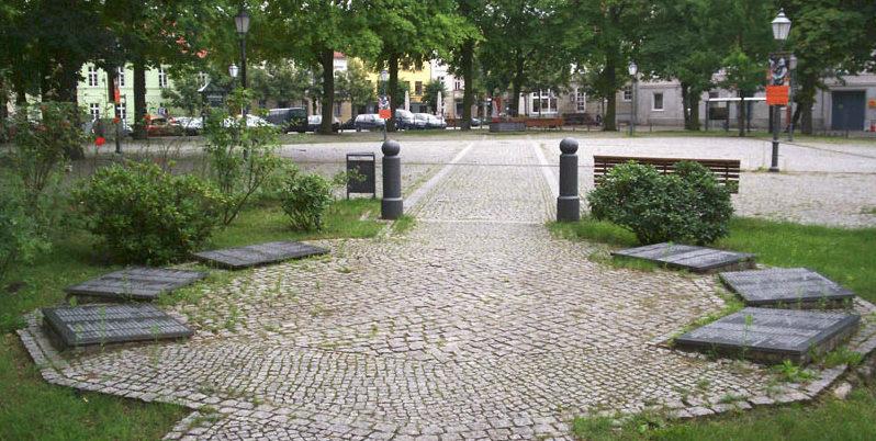 г. Альтландсберг, Меркиш-Одерланд район. Братская могила, в которой похоронено 259 советских воинов.