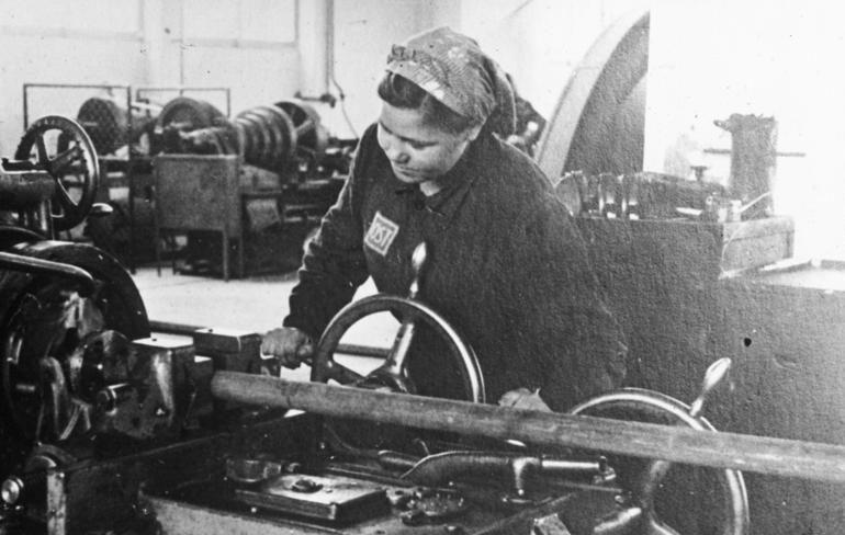 Украинка за токарным станком на заводе концерна «ИГ Фарбен». 1941 г.