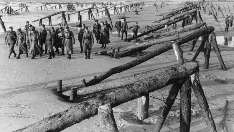 Роммель осматривает «Hemmbalken» на Атлантической стене. Апрель 1944 г.
