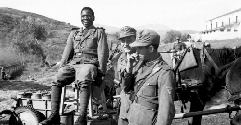 Африканский доброволец и два германских солдата несут службу в Греции.