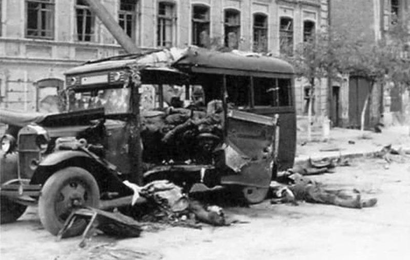 Разбитый советский штабной автобус. Ноябрь 1941 г.