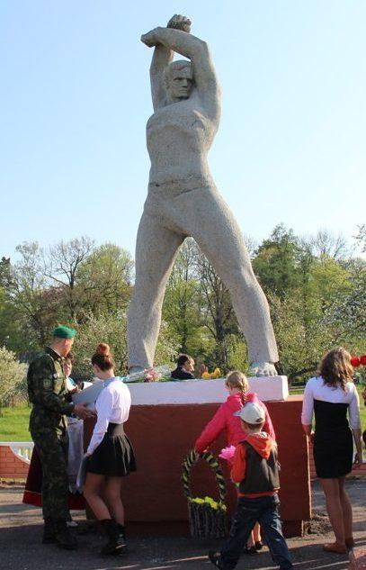 д. Лишки Берестовицкого р-на. Памятник землякам, погибшим в годы войны.