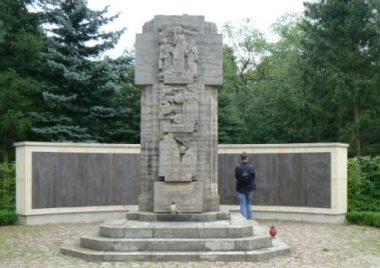 г. Бад-Либенверда р-н Нойбурксдорф. Памятник, установленный на братских могилах, в которых похоронено 2 368 советских военнопленных.