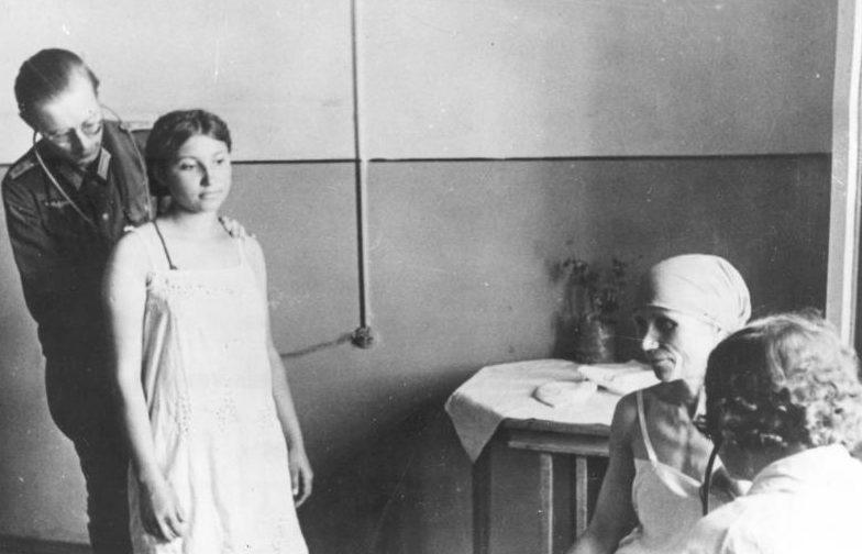 Медицинский осмотр украинок перед отправкой в Германию. Артемовск. Май 1942 г.