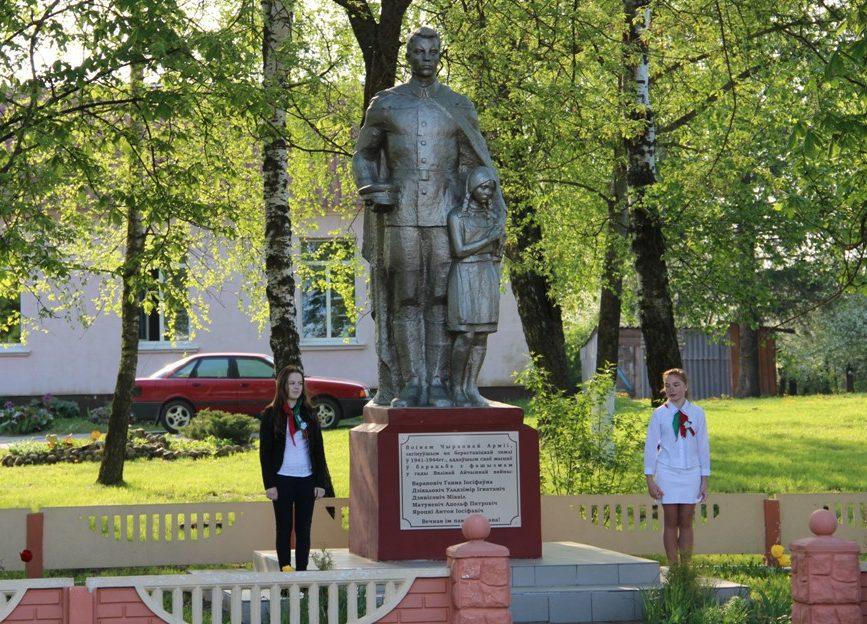 д. Макаровцы Берестовицкого р-на. Памятник землякам, погибшим в годы войны.