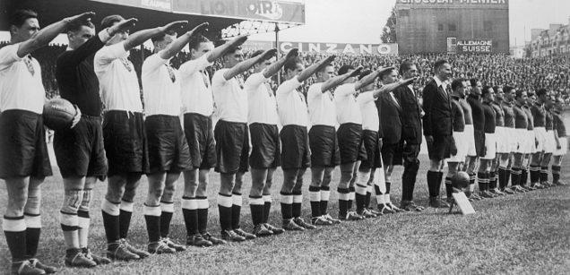 Приветствие перед футбольным матчем. Братислава, 1939 г.