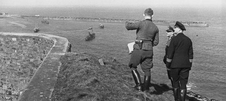 Немцы осматривают гавань из Форта Альберта. 1942 г.