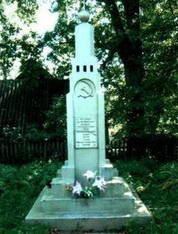 д. Лядки Кореличского р-на. Памятник, установлен на братской могиле, в которой захоронено 13 советских воинов, в т.ч. 4 неизвестных.