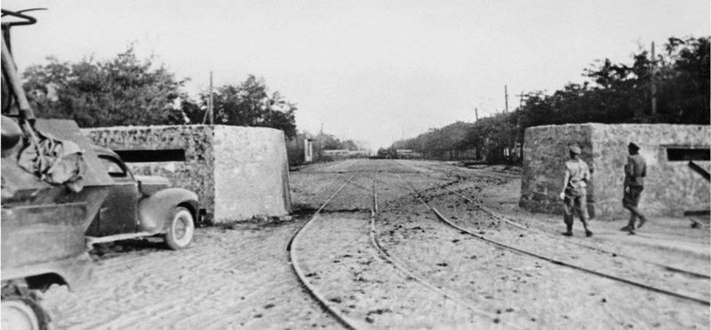 Захваченный немцами ДОТ-баррикада. Ноябрь 1941 г.