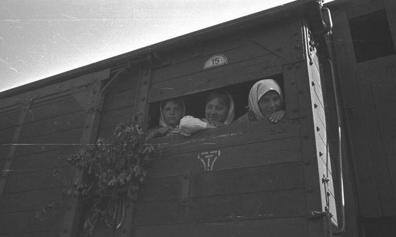 Остарбайтеры на пути в Германию.