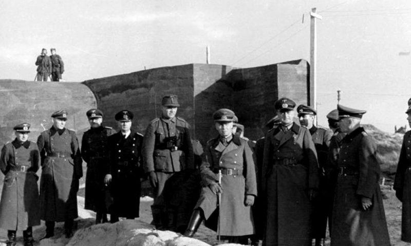 Фельдмаршал Эрвин Роммель инспектирует защитные сооружения Атлантического вала возле бельгийского порта Остенде. 1942 г.