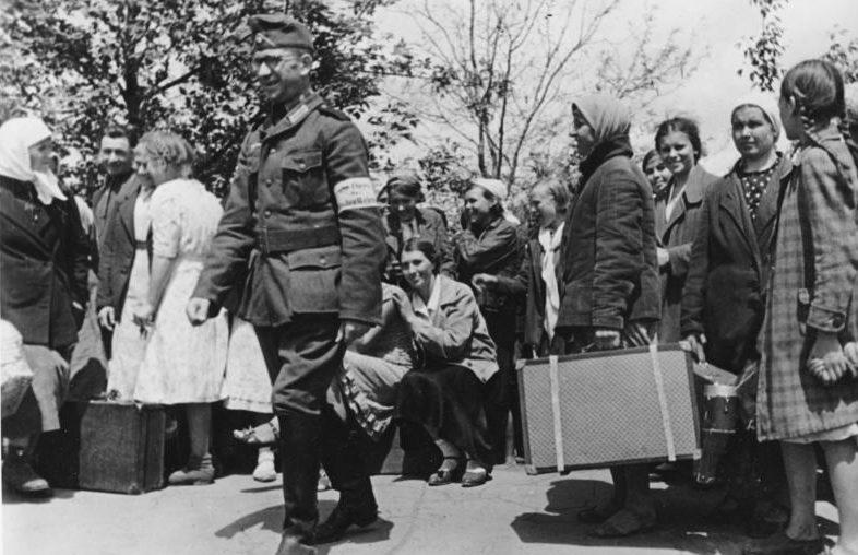 Отправка украинских девушек в Германию. Артемовск. Май 1942 г.