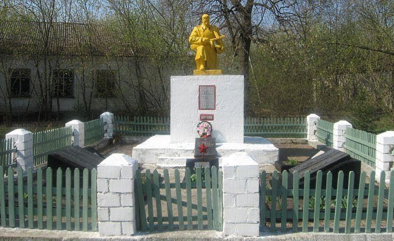 д. Пирки Брагинского р-на. Памятник, установленный на братской могиле, в которой похоронено 124 воина 356-й стрелковой дивизии 65-й армии, погибших в октябре 1943 года.