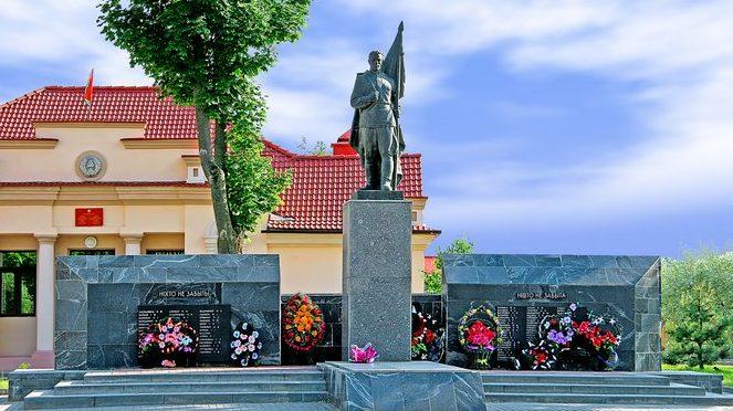 п. Мир Кореличского р-на. Памятник, установленный в 1957 году на братской могиле, в которой похоронено 45 неизвестных советских воинов.