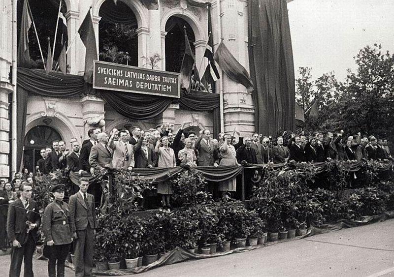 Народный Сейм ЛССР приветствует демонстрантов. Июль 1940 г.