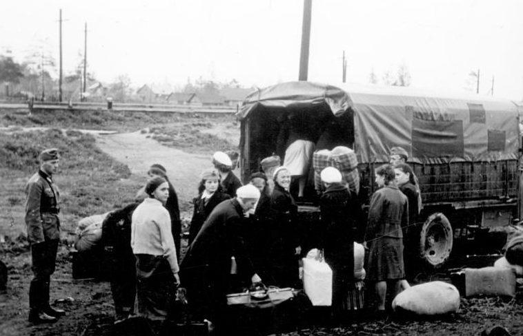 Вывоз подневольных работников грузовиком на вокзал. Россия. Июнь 1942 г.