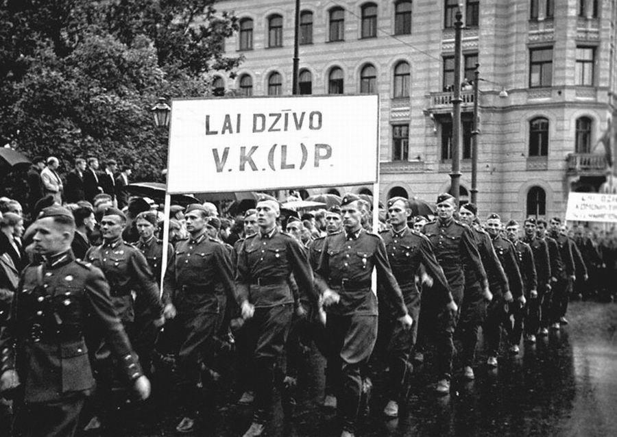 Колонна солдат Латышской Народной Армии на демонстрации, посвященной принятию Латвии в состав СССР. Июль 1940 г.