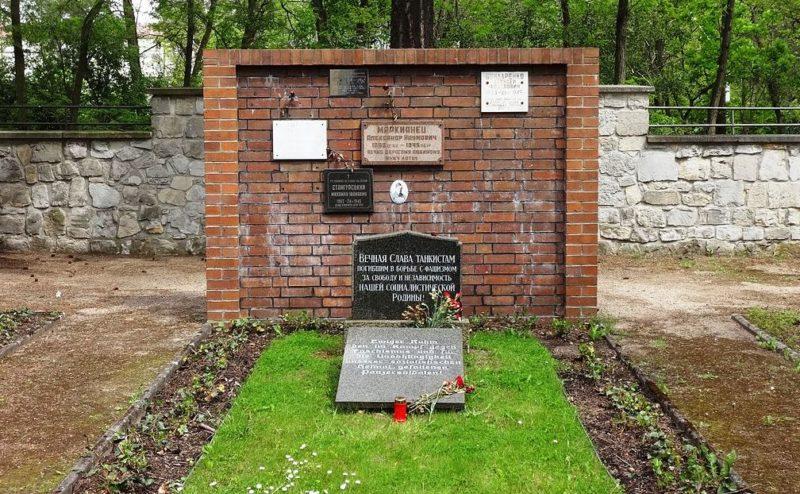 Памятник на участке советского кладбища.