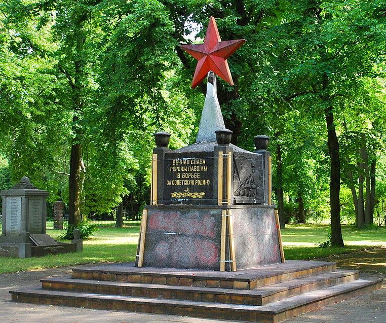 Коммуна Далльгов-Дёбериц. Памятник советским воинам.