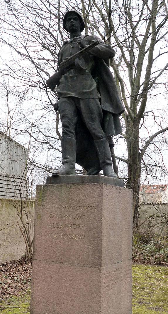г. Галле. Скульптура Александра Матросова на братской могиле красноармейцев.