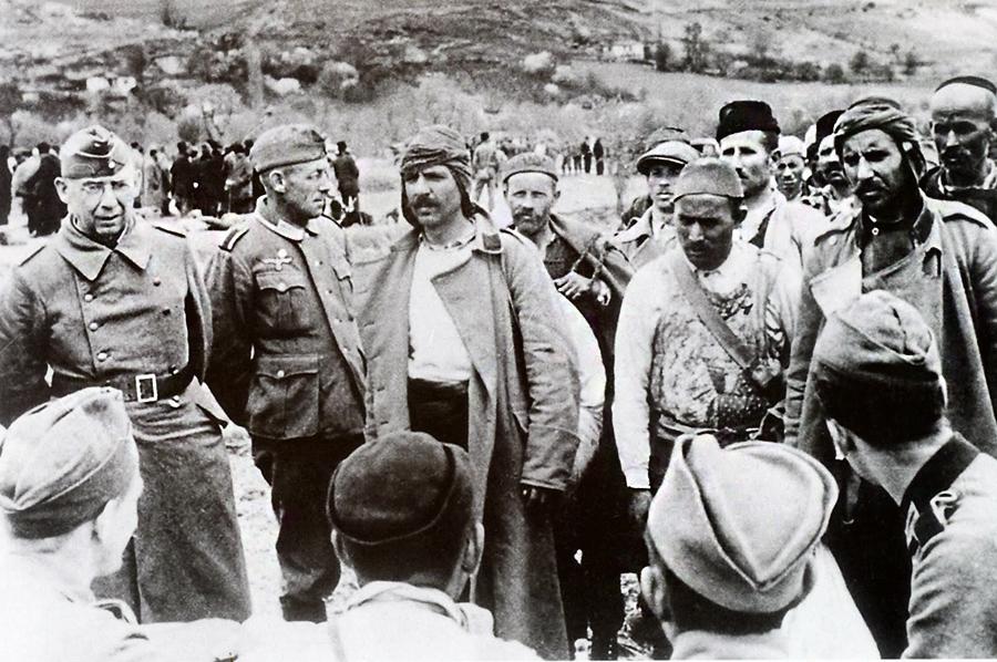 Албанские добровольцы записываются в дивизию.
